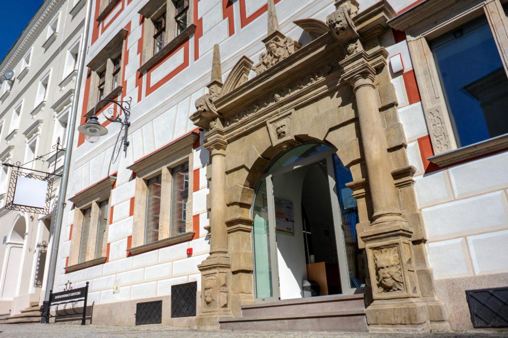 Wejście dla osób z niepełnosprawnością do Centrum Informacji Turystycznej w Bystrzycy Kłodzkiej, Mały Rynek Główne wejście do Centrum Informacji Turystycznej w Bystrzycy Kłodzkiej, Plac Wolności 17